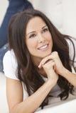 Ευτυχής χαμογελώντας όμορφη γυναίκα που βάζει στον καναπέ Στοκ φωτογραφίες με δικαίωμα ελεύθερης χρήσης