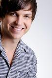 Ευτυχής χαμογελώντας όμορφος νεαρός άνδρας Στοκ Φωτογραφία