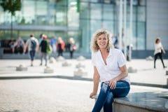 Ευτυχής χαμογελώντας ανώτερη γυναίκα, εξωτερικό μια ηλιόλουστη ημέρα Στοκ εικόνα με δικαίωμα ελεύθερης χρήσης
