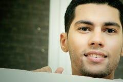 Ευτυχής χαμογελώντας αραβικός αιγυπτιακός νέος επιχειρηματίας Στοκ Εικόνα