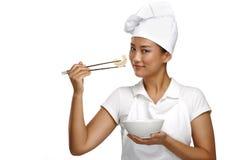 Ευτυχής χαμογελώντας ασιατικός κινεζικός αρχιμάγειρας γυναικών στην εργασία Στοκ εικόνα με δικαίωμα ελεύθερης χρήσης
