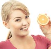 Ευτυχής χαμογελώντας γυναίκα που κρατά το φρέσκο πορτοκάλι, έννοια της υγιούς διατροφής Στοκ Φωτογραφίες