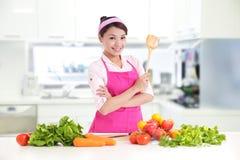 Ευτυχής χαμογελώντας γυναίκα στην κουζίνα Στοκ εικόνες με δικαίωμα ελεύθερης χρήσης