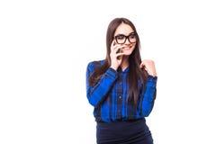 Ευτυχής χαμογελώντας επιτυχής επιχειρηματίας με το τηλέφωνο κυττάρων, που απομονώνεται στο άσπρο υπόβαθρο Στοκ εικόνα με δικαίωμα ελεύθερης χρήσης