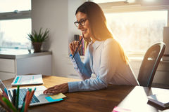 Ευτυχής χαμογελώντας επιχειρηματίας που χρησιμοποιεί το lap-top Στοκ Εικόνες
