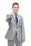 Ευτυχής χαμογελώντας επιχειρηματίας στο κοστούμι που δείχνει σε σας Στοκ φωτογραφία με δικαίωμα ελεύθερης χρήσης