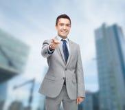 Ευτυχής χαμογελώντας επιχειρηματίας στο κοστούμι που δείχνει σε σας Στοκ Φωτογραφία