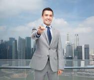 Ευτυχής χαμογελώντας επιχειρηματίας στο κοστούμι που δείχνει σε σας Στοκ Εικόνες