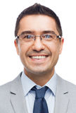 Ευτυχής χαμογελώντας επιχειρηματίας eyeglasses και το κοστούμι Στοκ εικόνα με δικαίωμα ελεύθερης χρήσης