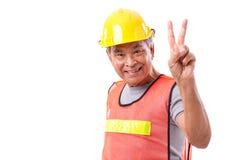 Ευτυχής, χαμογελώντας εργάτης οικοδομών που παρουσιάζει χειρονομία 2 δάχτυλων, VI Στοκ φωτογραφία με δικαίωμα ελεύθερης χρήσης