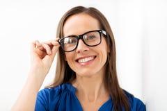 Ευτυχής χαμογελώντας μέση ηλικίας γυναίκα στα γυαλιά Στοκ Φωτογραφίες