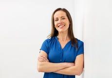 Ευτυχής χαμογελώντας μέση ηλικίας γυναίκα Στοκ εικόνα με δικαίωμα ελεύθερης χρήσης