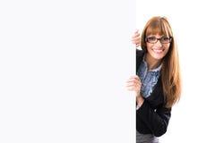 Ευτυχής χαμογελώντας νέα επιχειρησιακή γυναίκα που παρουσιάζει κενή πινακίδα Στοκ Εικόνες