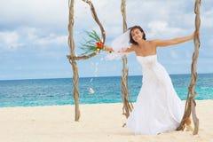 Ευτυχής χαμογελώντας νύφη στη ημέρα γάμου στην τροπική παραλία στοκ εικόνες με δικαίωμα ελεύθερης χρήσης