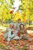 Ευτυχής χαμογελώντας οικογένεια Στοκ φωτογραφία με δικαίωμα ελεύθερης χρήσης