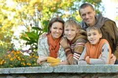 Ευτυχής χαμογελώντας οικογένεια Στοκ εικόνα με δικαίωμα ελεύθερης χρήσης