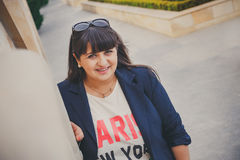 Ευτυχής χαμογελώντας όμορφη υπέρβαρη νέα γυναίκα στο σκούρο μπλε σακάκι υπαίθρια στην οδό Βέβαια παχιά νέα γυναίκα Γυναίκα Xxl Στοκ Φωτογραφίες