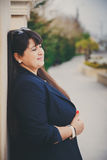 Ευτυχής χαμογελώντας όμορφη υπέρβαρη νέα γυναίκα στο σκούρο μπλε σακάκι υπαίθρια στην οδό Βέβαια παχιά νέα γυναίκα Γυναίκα Xxl, π Στοκ Φωτογραφίες