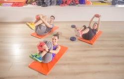 Ευτυχής χαμόγελου ικανότητας ABS χαλιών ευτυχής άσκηση πυρήνων τριών ανθρώπων Στοκ Εικόνες