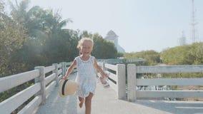Ευτυχής χαριτωμένος λίγο κορίτσι παιδιών τρέχει στα μαγγρόβια τη δασική πορεία απόθεμα βίντεο