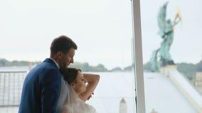 Ευτυχής χαλάρωση γαμήλιων ζευγών στον εκλεκτής ποιότητας καφέ Έννοια ημέρας γάμου κλείστε επάνω Πανοραμικό υπόβαθρο άποψης Lviv απόθεμα βίντεο
