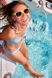 Ευτυχής χαλάρωση γυναικών στην καυτή σκάφη στοκ εικόνα με δικαίωμα ελεύθερης χρήσης