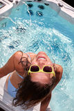 Ευτυχής χαλάρωση γυναικών στην καυτή σκάφη στοκ φωτογραφίες