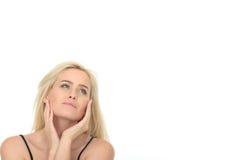 Ευτυχής χαλαρωμένη στοχαστική ελκυστική νέα γυναίκα Στοκ εικόνα με δικαίωμα ελεύθερης χρήσης