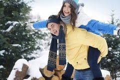 ευτυχής χειμώνας ζευγών Στοκ φωτογραφία με δικαίωμα ελεύθερης χρήσης