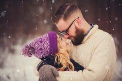 ευτυχής χειμώνας πάρκων ζευγών Στοκ Φωτογραφίες