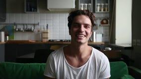 Ευτυχής χιλιετής καταγραφή ομιλίας τύπων youtuber vlog στο σπίτι απόθεμα βίντεο