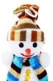 Ευτυχής χιονάνθρωπος στο πλεκτό καπέλο και μαντίλι που απομονώνεται στο άσπρο υπόβαθρο Στοκ Φωτογραφίες