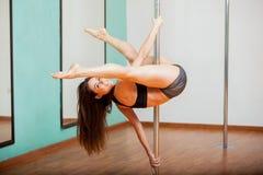 Ευτυχής χορευτής πόλων που δοκιμάζει μια ρουτίνα στοκ φωτογραφία με δικαίωμα ελεύθερης χρήσης