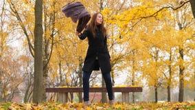 Ευτυχής χορός γυναικών πηδώντας και έχοντας τη διασκέδαση στο δάσος φθινοπώρου απόθεμα βίντεο