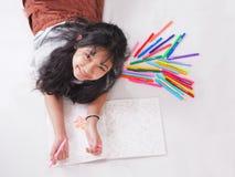 Ευτυχής χρωματισμός κοριτσιών χαμόγελου στο peper με τη μάνδρα χρώματος ποικιλίας fal στοκ φωτογραφίες με δικαίωμα ελεύθερης χρήσης