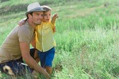 Ευτυχής χρόνος εξόδων γονέων με το γιο του στο λιβάδι Στοκ Εικόνες
