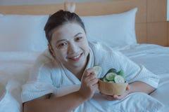 Ευτυχής χρόνος κοριτσιού του αγγουριού μαξιλαριών μασκών προσώπου, ενυδάτωση αγγουριών ευεργετική στο δέρμα, beauty skill massage στοκ εικόνες