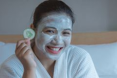 Ευτυχής χρόνος κοριτσιών ` s του αγγουριού μαξιλαριών μασκών προσώπου, ενυδάτωση αγγουριών ευεργετική στο δέρμα, beauty skill mas στοκ εικόνες