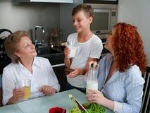 Ευτυχής χυμός κατανάλωσης γιαγιάδων με τα παιδιά στην κουζίνα στοκ εικόνες με δικαίωμα ελεύθερης χρήσης