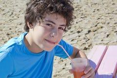 Ευτυχής χυμός κατανάλωσης αγοριών Στοκ εικόνα με δικαίωμα ελεύθερης χρήσης