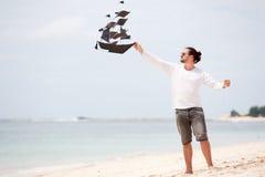 Ευτυχής ωκεανός ακτών ικτίνων ατόμων πετώντας Στοκ Φωτογραφίες