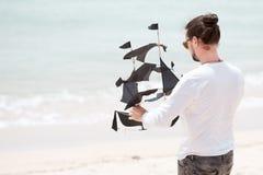 Ευτυχής ωκεανός ακτών ικτίνων ατόμων πετώντας Στοκ φωτογραφία με δικαίωμα ελεύθερης χρήσης