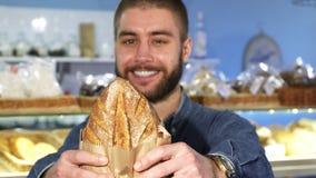 Ευτυχής όμορφη γενειοφόρος τοποθέτηση ατόμων με το πρόσφατα ψημένο ψωμί στοκ φωτογραφίες με δικαίωμα ελεύθερης χρήσης