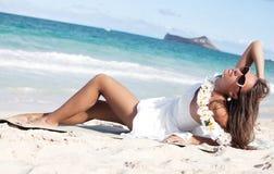 Ευτυχής όμορφη γυναίκα που απολαμβάνει το φως του ήλιου στην παραλία Στοκ Εικόνα