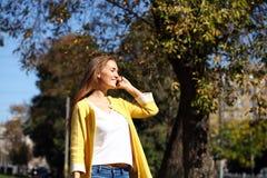 Ευτυχής όμορφη γυναίκα που καλεί τηλεφωνικώς Στοκ Εικόνες