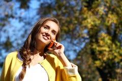 Ευτυχής όμορφη γυναίκα που καλεί τηλεφωνικώς Στοκ Εικόνα