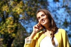 Ευτυχής όμορφη γυναίκα που καλεί τηλεφωνικώς Στοκ φωτογραφία με δικαίωμα ελεύθερης χρήσης