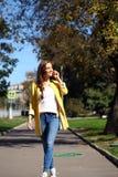 Ευτυχής όμορφη γυναίκα που καλεί τηλεφωνικώς Στοκ Φωτογραφία