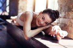 Ευτυχής όμορφη γυναίκα που παίρνει την ευχαρίστηση στην άσκηση στοκ εικόνα