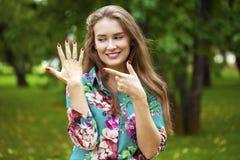 Ευτυχής όμορφη γυναίκα που παρουσιάζει δαχτυλίδι αρραβώνων της Στοκ φωτογραφία με δικαίωμα ελεύθερης χρήσης